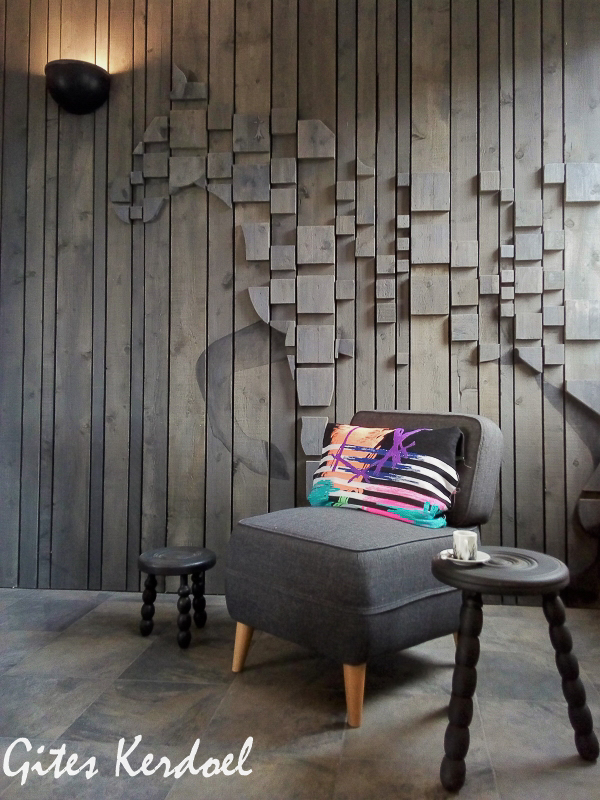 Bas relief-mur du salon