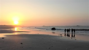 Longe côte entre amies sur la plage des Amiets